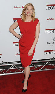 Anna Chlumsky went for a foolproof red carpet look in a classic red sheath and black almond-toe pumps.