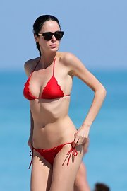 The Aussie supermodel sported her slender bikini bod while on vacay in Miami in a girlie ruffled bikini.