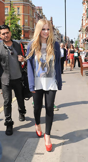 Avril chose a relaxed look when she opted for this blue hoodie to pair over a graphic-print tee and leggings.