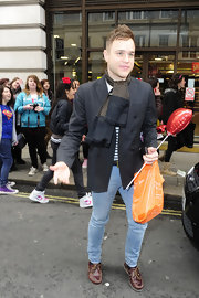 Olly Murs wore a nice printed scarf while out at Sainsbury's.