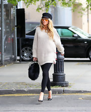 To balance out her oversized sweater, Blake Lively chose a pair of black leggings.