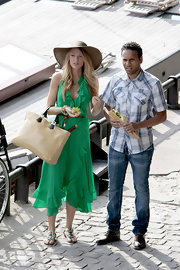 While on set of Gossip Girls, Blake paired her green haltered dress with a canvas tote bag.