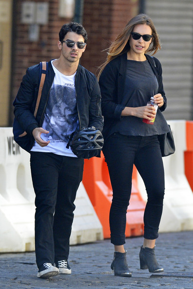 Joe Jonas Hangs Out With His Girlfriend in NYC 2