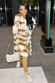 Brandy accessorized her exotic street style with a ladylike ivory leather bag.