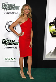 Cameron Diaz looked perfectly poised in the nude pointy toe pumps she donned with a red one shoulder dress.