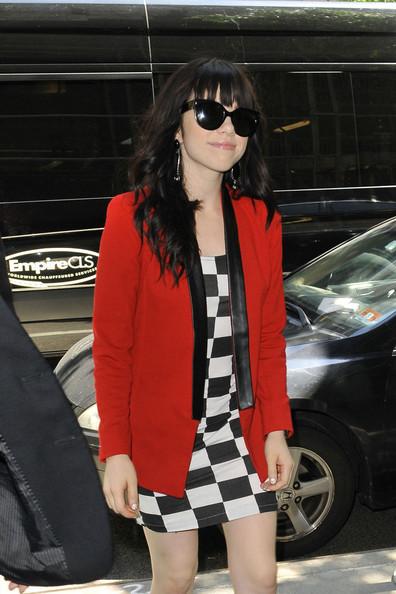 More Pics of Carly Rae Jepsen Oversized Sunglasses (4 of 21) - Carly Rae Jepsen Lookbook - StyleBistro