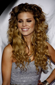 AnnaLynne McCord added some volume to her two-tone locks. The '90210' actress rocked small ringlets while walking the red carpet at the premiere of 'Burlesque'.
