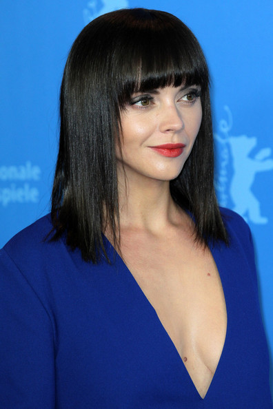 coil hairstyles : Christina Ricci wears a cute blue dress at a photocall for