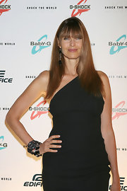 Carol showed off her long hair and blunt cut bangs while hitting the Casio red carpet.