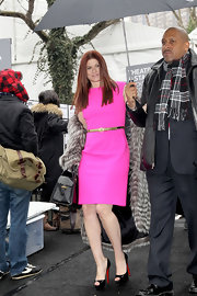 Debra Messing kept her accessories simple, opting for a thin belt and black platform pee-toe pumps.
