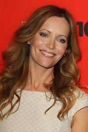 Actress Leslie Mann was all smiles as she showed off her beach waves on the red carpet.