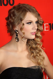 Taylor Swift showed off her jaw-dropping dangling earrings, which worked nicely with her side-swept hair.