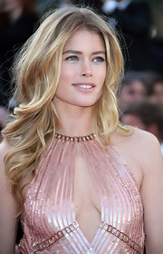 Doutzen showed off her lovely blonde tresses with this classically romantic wavy 'do.