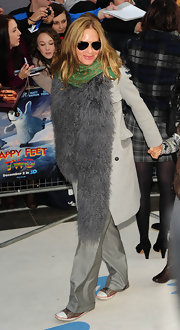 That gray fur scarf added a lot of oomph to Trinny Woodall's casual outfit at the 'Happy Feet 2' premiere.