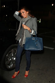 Eva wears classic indigo skinny jeans with red peep toe pumps.