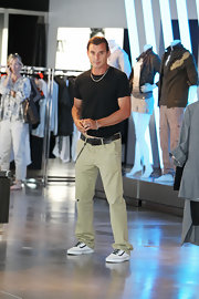 Gavin mixed preppy style with an edgy flavor by sporting khaki pants with Van sneakers and a wallet chain.