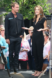 Maria Menounos sported a cool all-black jumpsuit while on set of 'Extra.'
