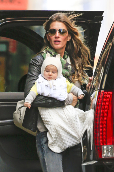 http://www1.pictures.stylebistro.com/pc/Gisele+Bundchen+carrying+baby+daughter+Vivian+E6CXRWQ_L3al.jpg
