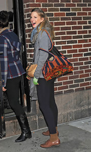 Heather Morris capped off an eclectic look with a striped and floral print tote.