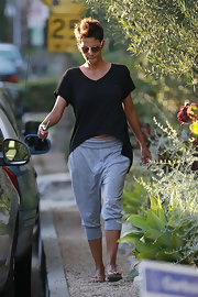 Halle looked ultra-cozy in her blousy black tee with a high-low hem.