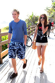 Tom Felton enjoyed the sun in a pair of brown leather boat shoes.