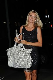 Heidi Klum toughened up her leather strap body-hugger with an edgy skull-printed tote.