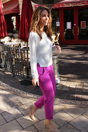 Maria Menounos kept her casual look on-trend with a pair of cuffed fuchsia slacks.