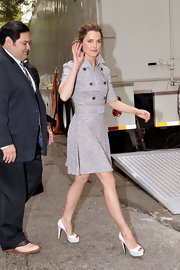 Keri Russell's gray trenchcoat and white platform peep-toes at the Fox Network Upfront were a classic pairing.