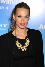 Molly Sims knows the secret to making her look stand out. The supermodel turned jewelry designer attended the 'Just Go With It' premiere wearing fuchsia pink lipstick.