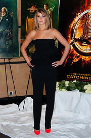 To keep her look streamline and structured, Jennifer opted for a pair of solid black skinny pants.