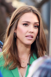 Jessica Alba swept on a pretty pearly pink gloss for an appearance on 'Extra.'