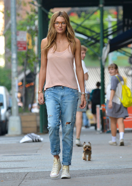 http://www1.pictures.stylebistro.com/pc/Jessica+Hart+seen+walking+dog+East+Village+pKBM37ft_lPl.jpg