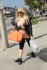 Jessica Simpson looked casual while out in LA, but the star added just a touch of color to her look with this leather tote.