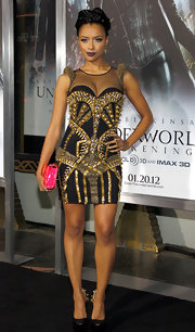 Kat Graham added a dash of bold color to her risqué bodycon dress with a hot pink patent clutch.
