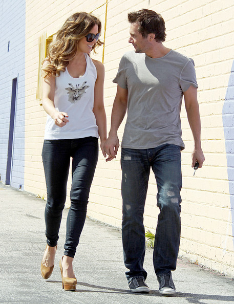 Len went shopping with wife Kate in a plain gray t-shirt.