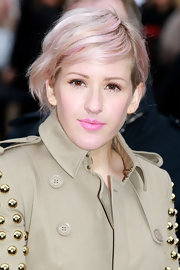 Elie Goulding paired her streaked hair with matching pink lipstick.