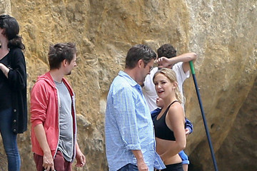 Kate Hudson Matt Bellamy Kate Hudson Shows Off Her Abs on the Beach