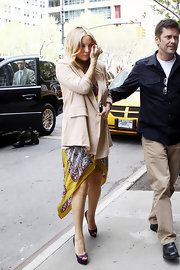 Kate Hudson teamed her yellow print dress with purple platform Christian Louboutin peep-toes.