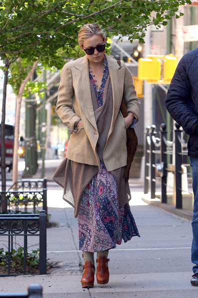A pair of brown clogs completed Kate Hudson's outfit.