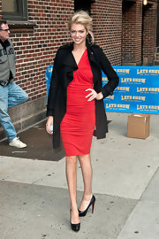 Kate Upton topped off her red cocktail dress with black leather platform pumps.