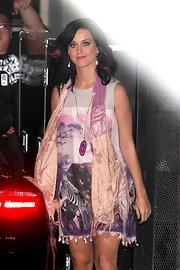 Katy paired her printed dress, with a pink and gold scarf.