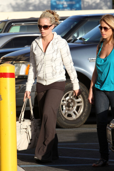 Kendra sported her signature messy bun updo with a comfy pair of oversized sweat pants and a hoodie.