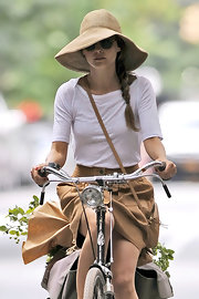 Keri Russel got some sun protection with the help of her floppy sun hat while biking around Brooklyn.