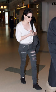 Kristen sports a messy low ponytail with her laid back grunge look.
