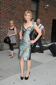 Kyra looked fabulous in a Fall 2010 figure-hugging cocktail dress that showed off her toned body.