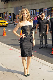 Kyra Sedgwick flaunted her fantastic figure before her appearance on the Late Show with David Letterman. The blonde beauty wore a stunning chiffon Zac Posen LBD and wore her hair in waves with a pop of red lipstick.