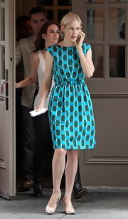 Kelly looked dynamic on the set of 'Gossip Girl' in this blue and green checkered day dress. Darling!