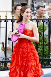 While filming a scene from the 'Gossip Girls' Leighton Meester showed off her hot pink over sized clutch.