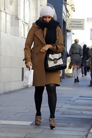 Leona Lewis accessorized her caramel trench with an on-trend black-and-white contrast satchel.