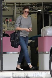 Mandy Moore matched her loose-fitting raglan with a slouchy oversized shopper, perfect for a day out and about.